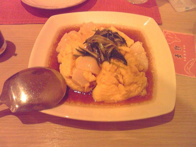 雄華の帆立貝とふんわり玉子の葱香り醤油かけの写真