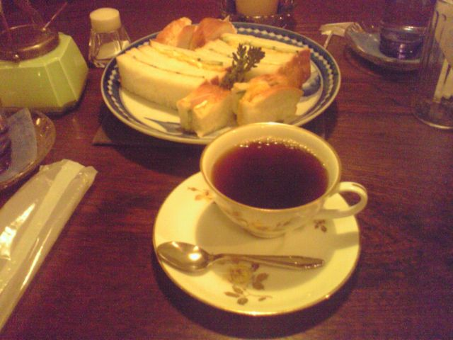 アンティークカフェゆかしのコーヒーとサンドイッチの写真